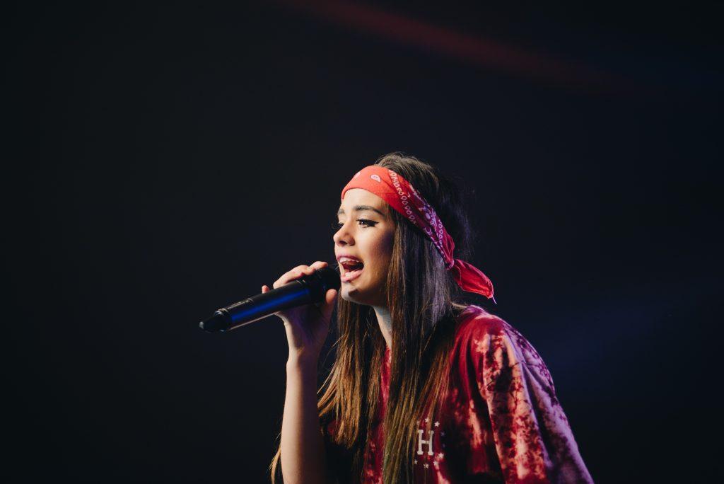 mujer hippy cantando